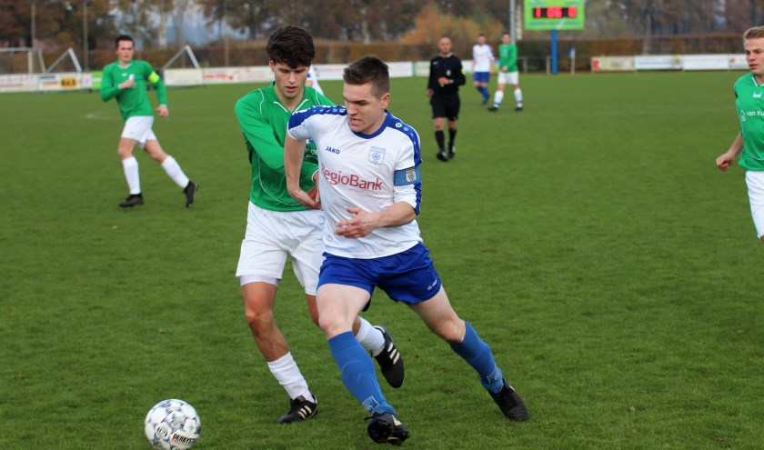 Thom van Delft snelt langs een tegenstander van Essche Boys. De thuisclub had geen kind aan de gasten uit Esch. De 3-0 uitslag was daarom aan de magere kant. Foto: Wout Pluijmert