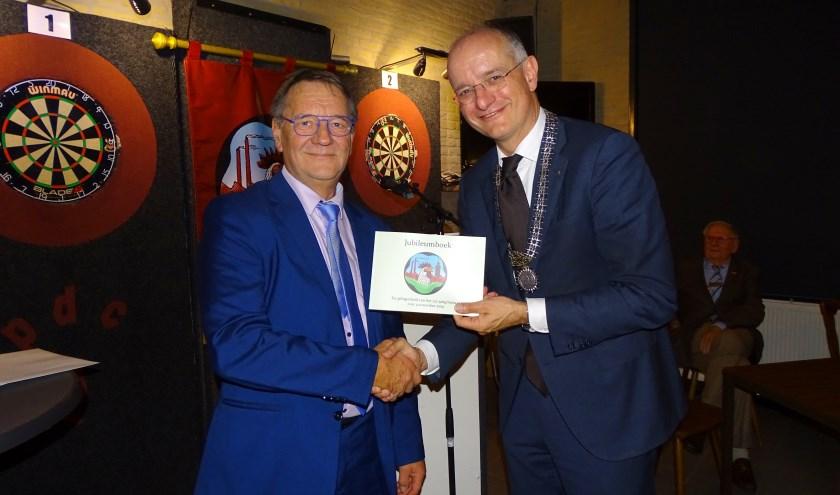 Bert Molderman ontvangt van burgemeester Van Veldhuizen de erepenning.