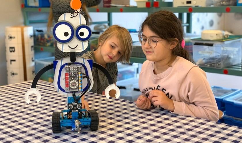 Kinderen ontdekken bij DOKWRK oa de mogelijkheden van robotica