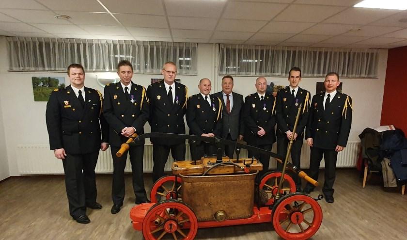 Van links naar rechts: teamleider Lean Remmerde, Bas Struijk, Gerrit de Weert, Meck van Wijk, wethouder Bragt, Peter Jan Kaasjager, Theo van de Werken en groepschef Peter van Wijk.
