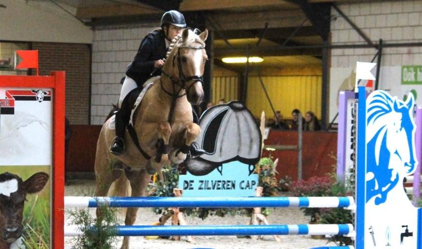 Julia Ruiter met haar pony Caramac