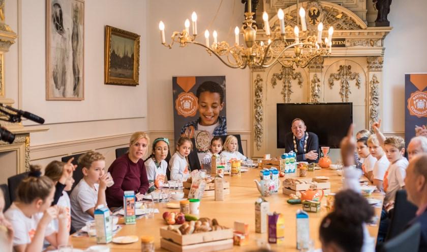 De leerlingenraad van Montessorischool Oudaen heeft brandende vragen aan burgemeester Köning tijdens de sluiting van de ontbijtweek. Beeld © JoniIsraeli.com