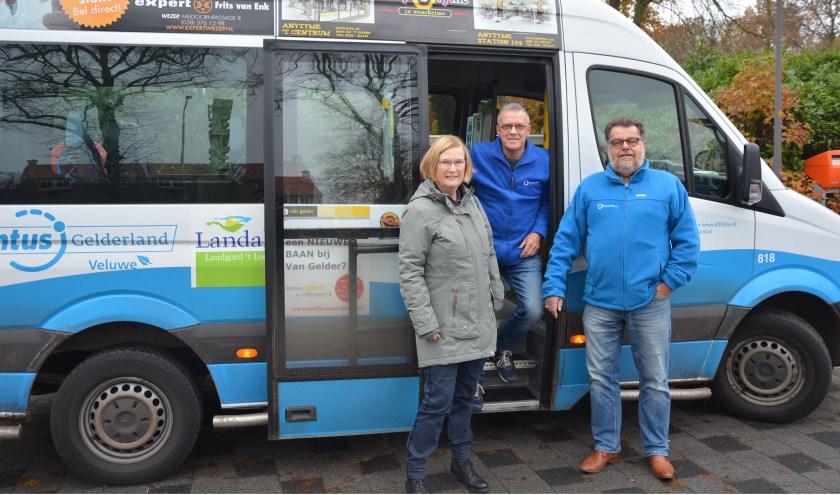 Secretaris en voorzitter met tussen hen in de chauffeur van dienst Gerrit Westerink. (Foto: Dick van der Veen)