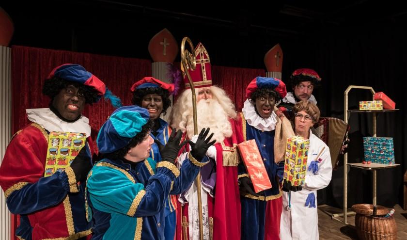 Sinterklaas is weer in Nederland, samen met zijn enorme Pietengevolg, heel veel snoepgoed en duizenden cadeautjes. (Foto: Ben van Veelen).