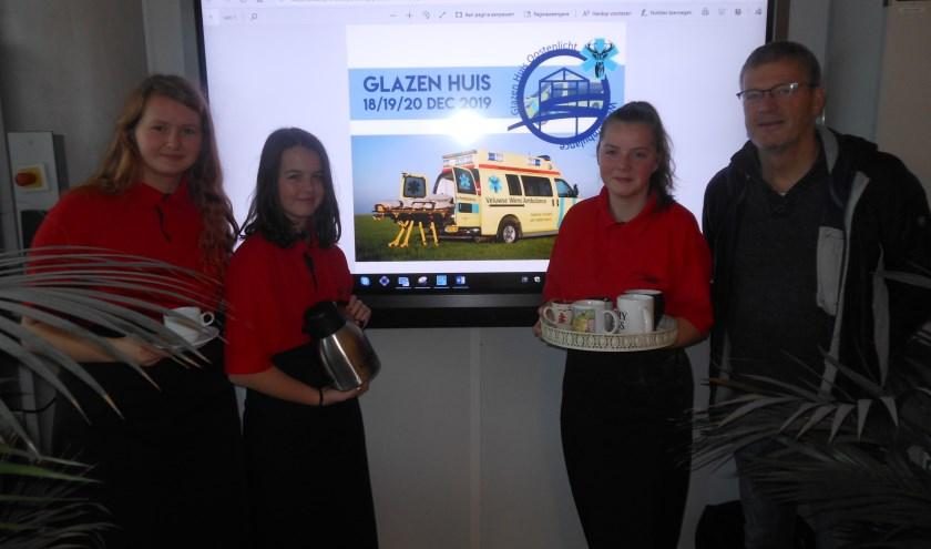 Leerlingen Annemiek van Norel, Evelien Visch en Elzeliene van Asselt en docent en organisator Glazen Huis, Hans Pieffers. (Foto: José Oosthoek)