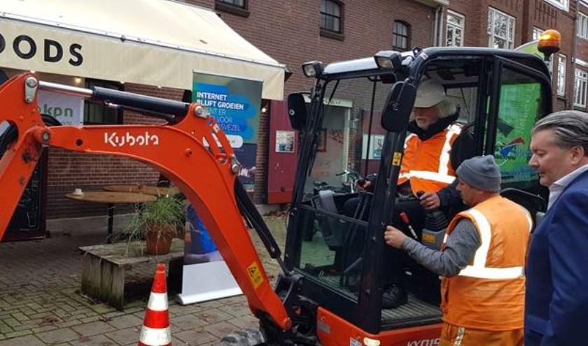 Wethouder Bert Velthuis zet eerste schop in de grond voor aanleg glasvezelnetwerk in Nijmegen Bottendaal.