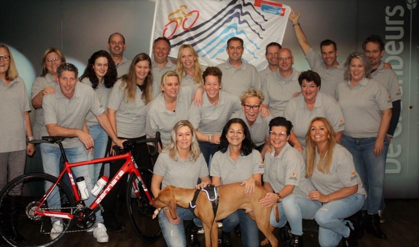 Kim van Vliet, in het midden met zilveren armband, te midden van haar vrienden die ook volgend jaar richting de Alpen gaan.