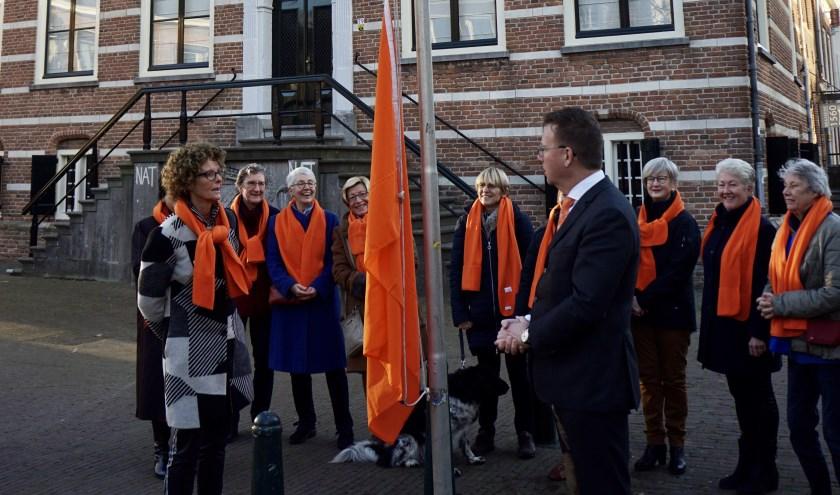 Het hijsen van de vlag door burgemeester Patrick van Domburg en Jeannette Starrenburg van de Soroptimistenclub Utrecht Nedersticht.