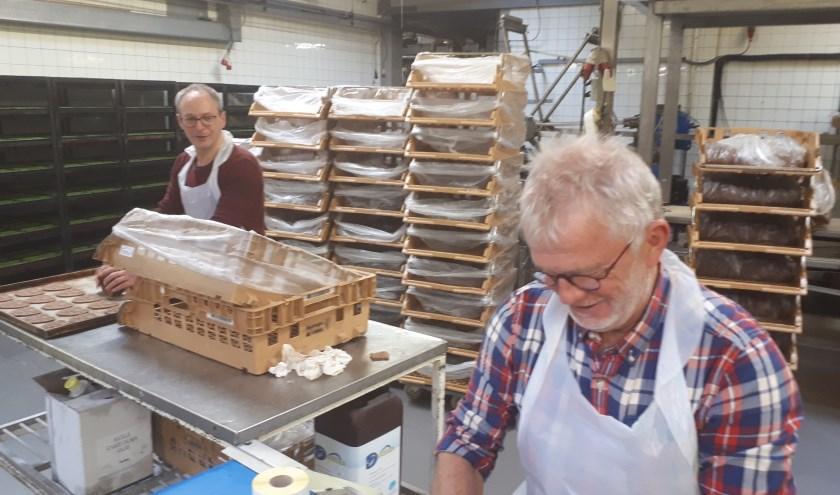 Henri Hebbink en Fred Maatman tijdens het bakken van de speculazen.