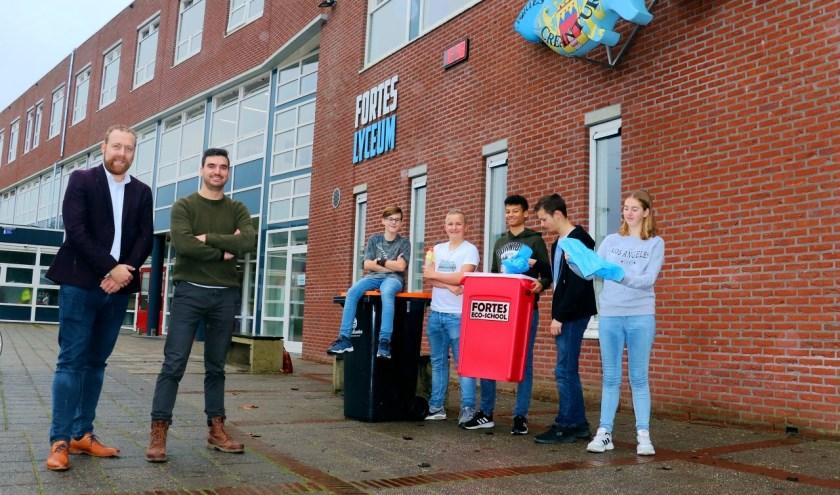 Jimmy van Regenmortel, Mathijs Verel en een groepje leerlingen uit 4tech. (Foto: Privé)