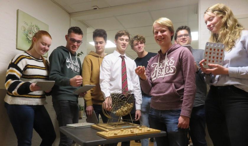 Studenten van C.S.V. Alpha zijn te gast bij de ouderen van Zorgcentrum De Posten om te helpen bij de bingo-avond. (Foto: Peter Geul)