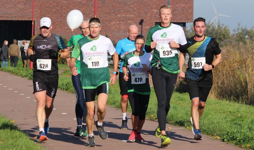 deelnemers aan de Klaverbladloop bij het Heemkanaal op de 15 km onder aanvoering van een gangmaker.