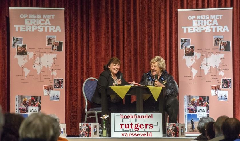 Erica Terpstra werd geïnterviewd door Joyce de Schepper en vertelde ontroerende maar vaak ook hilarische verhalen die ze meemaakte op haar talloze reizen. (Gerard Mühlradt Fotografie)