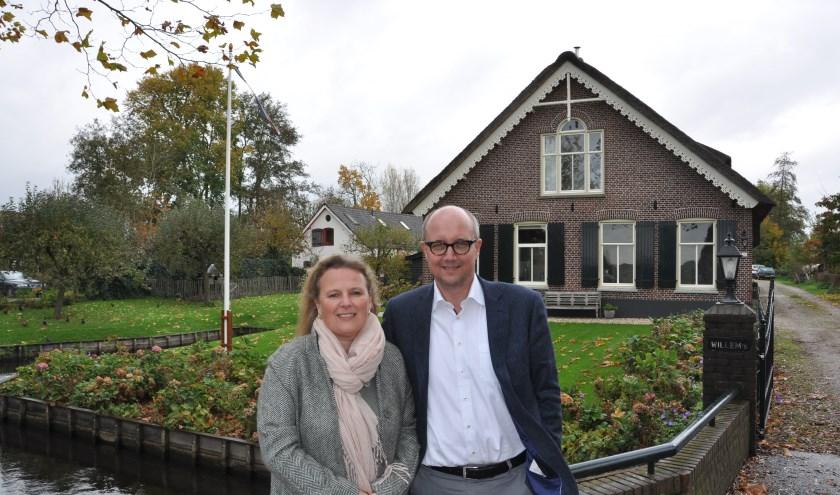 Martina en René Frankena voor hun nieuwe 'optrekje' in Westbroek. FOTO: Julie Houben