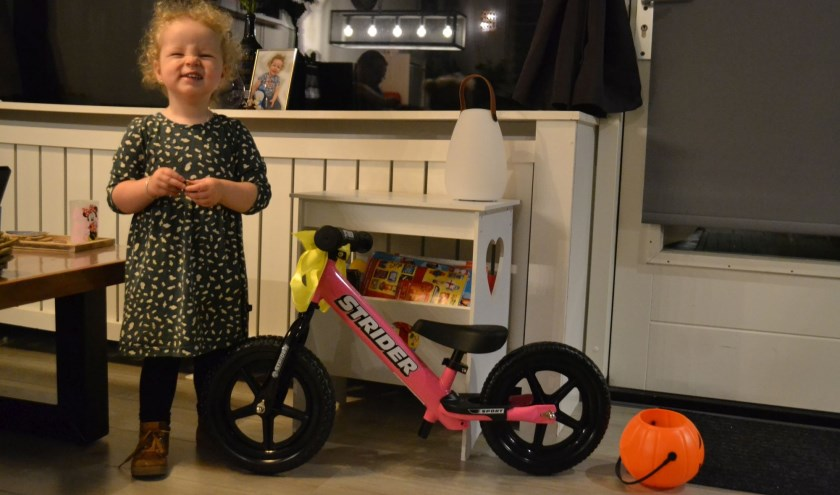 Sterre van Asten uit Helmond is blij met haar nieuwe fiets. Foto: Strider Bikes.