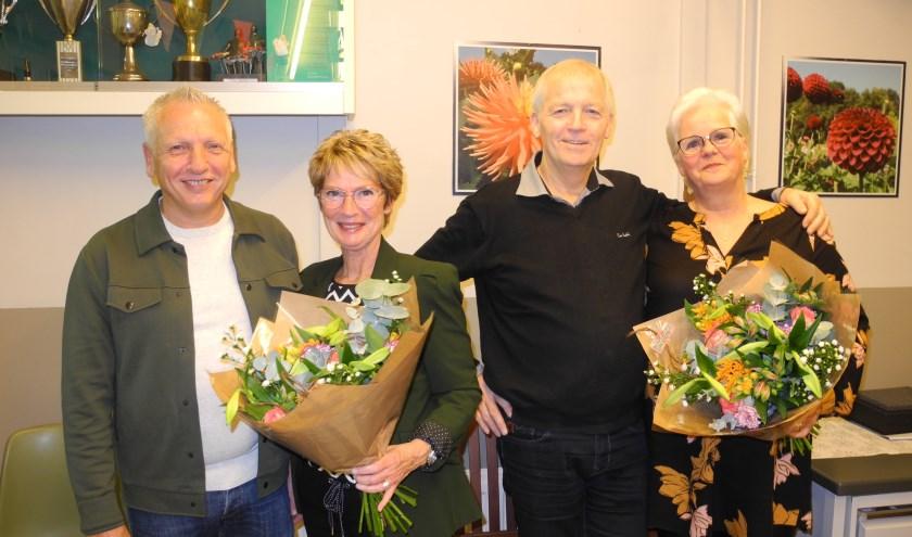 Kees (links) en Lambert (rechts) van de Schans samen met hun echtgenotes in de bloemetjes gezet. FOTO: Flora