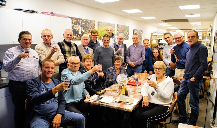 Jacques van Oosterom, (voorste rij, 2e v.l). tussen 'zijn' oud-bestuursleden. Foto; Robbert Roos