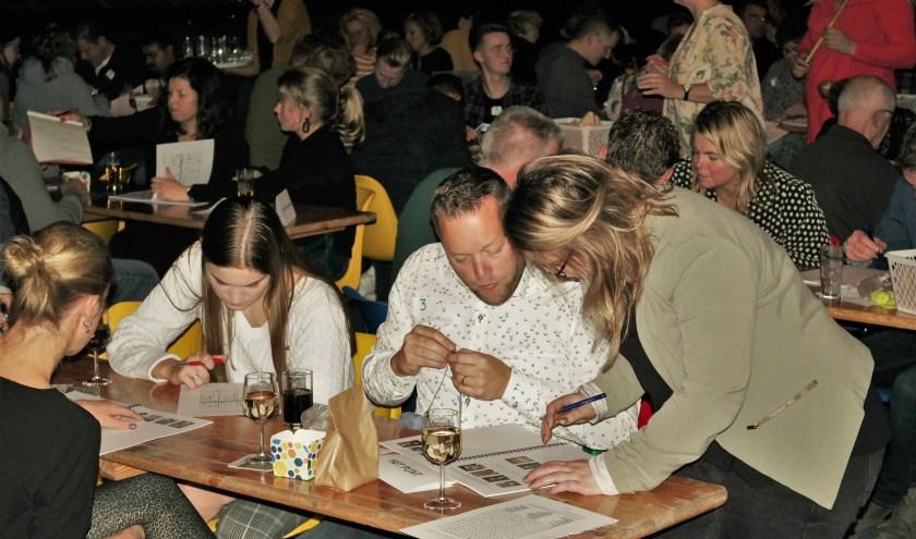 De eerste Vroomshoopse Dorpskwizz is nu al een succes. Vrijdag volgt deel twee. Foto: Henk Prijs