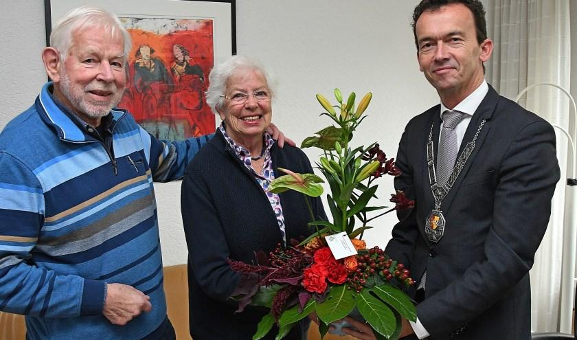 Het bezoek van burgemeester Lucien van Riswijk aan de heer en mevrouw Plantinga, maakte hun zestigste trouwdag extra feestelijk. (foto: Ab Hendriks)