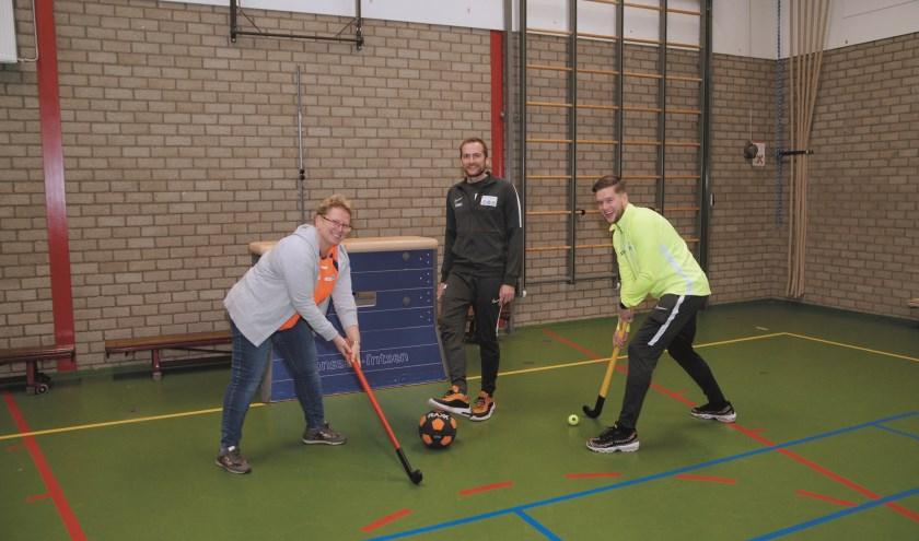 Timo Riphagen (midden) samen met Edith Kasteel (links) en Stefan Reijnders van Beweegteam Westervoort.