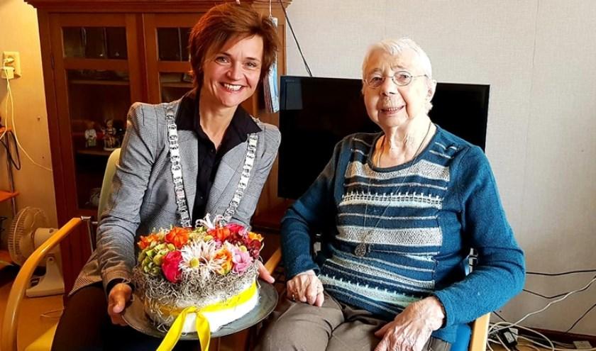 Locoburgemeester Linda van Dort en mevrouw Van de Ruit. Foto: gemeente Stichtse Vecht