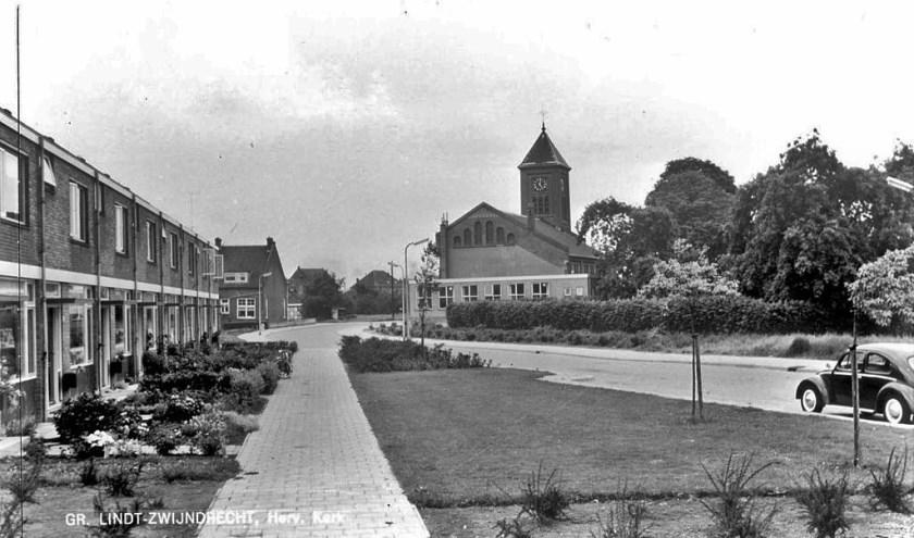 De Hyacinthstraat in de 'Bloemenbuurt' met op de achtergrond de Lindtse Kerk. (FOTO: Collectie HVZ)