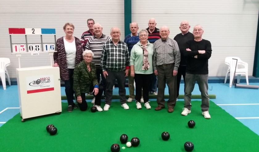 De leden van Amigo Bowls Roosendaal poseren tijdens het spel even op de vilten speelmat in Metsj Point.