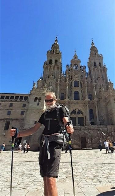Martien van der Putten op het plein voor de kathedraal van Santiago de Compostella.