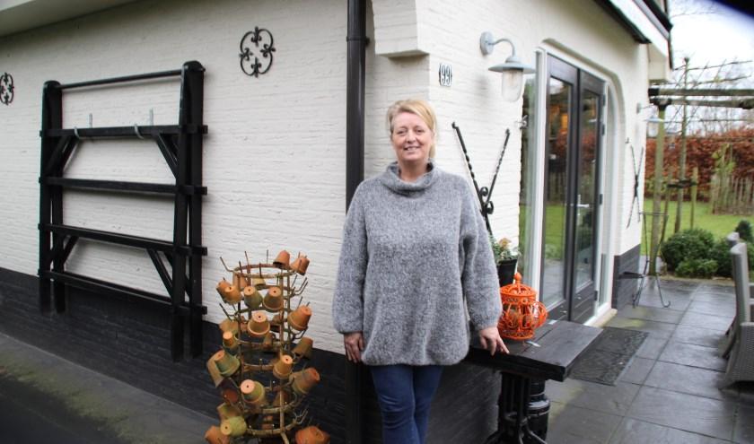 Loes van den Ingh heeft een mooi plekje aan de rand van de heide aan 't Frusselt in Vierhouten. (Foto Dick Baas)