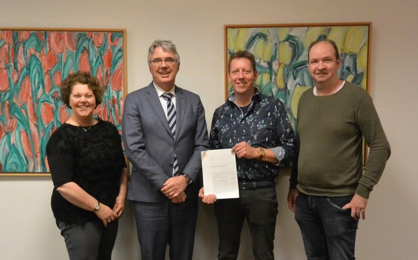 V.l.n.r.: Manon Broers- Goossens (secretaris), notaris Jan van Swetselaar, Gerard Rutgers (voorzitter) en Aart van Veldhuizen (penningmeester).