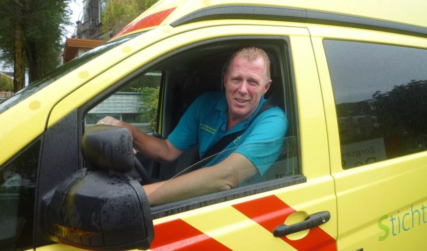 Directeur Kees Veldboer van de stichting Ambulance Wens kruipt nog geregeld zelf achter het stuur van een ambulance. Foto: Joop van der Hor