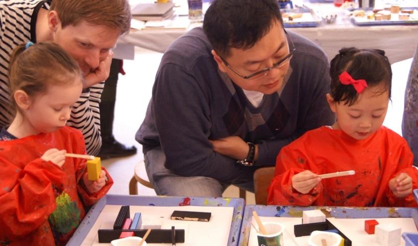 Iedere schoolvakantie konden kinderen bij het Haags Kinderatelier (HKA) werken met diverse materialen.