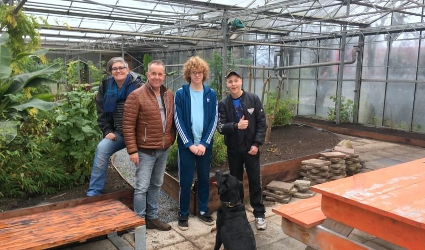 In de binnentuin van INIZO: vlnr Anne-Marie Stuivenberg, Hans Ramp, Sem en Dirk met hond Teun.