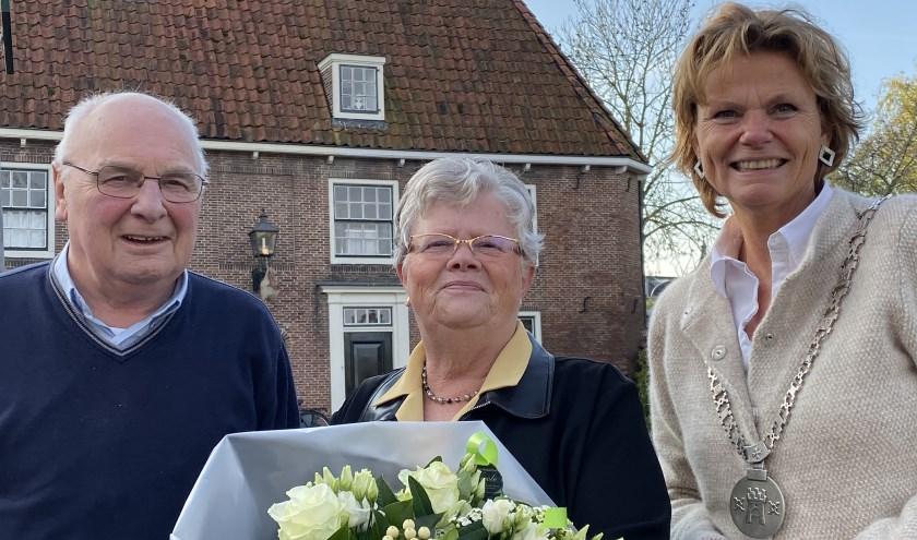 Burgemeester Van Hartskamp-De Jong (rechts) bracht een bloementje bij het jubilerende echtpaar. Foto J. Severs Hilgeman