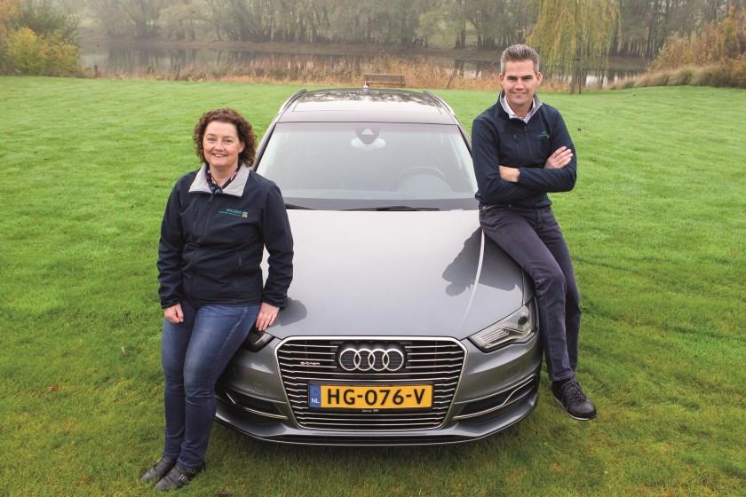 Werner en Daniëlle Willems bij de Audi A3 waarmee ze naar het noordelijkste puntje van Europa rijden.