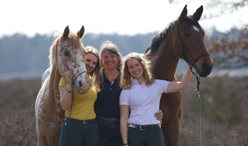 Aletta Laarberg met haar dochters Eline en  Lisette en de paarden Spotje en Fenna. (foto: privécollectie)