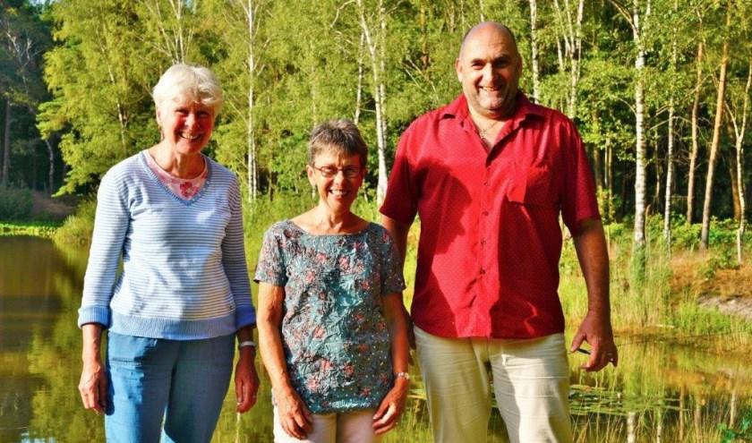 Het bestuur van de Familievereniging Lunetzorg. Vlnr Hennie van Schooten (voorzitter), Francien Verhoeven (penningmeester) en Mathieu Hermans (secretaris). Foto: Rieky Hermans