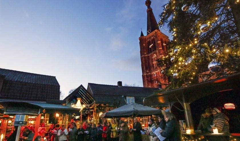 Het marktplein in Leende was afgelopen zaterdag voor het eerst het decor van een kerst sing-along. Foto: Jurgen van Hoof