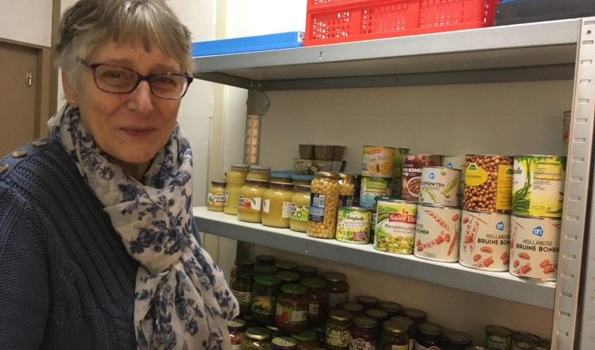 """Marja laat de extraatjes in de voorraadkast zien. """"Deze week waren dat vooral veel bonen en groenten in blik en pot."""""""