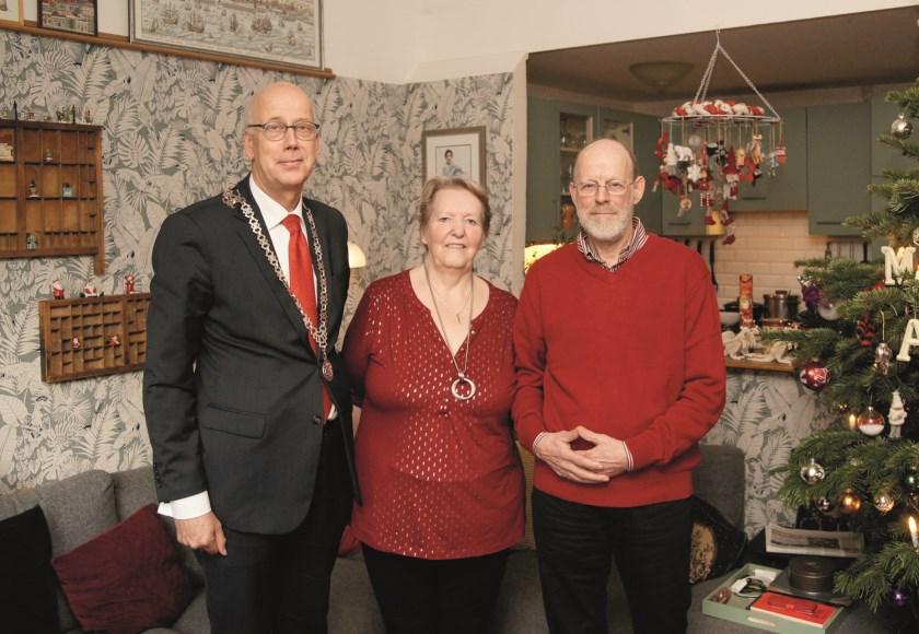 Burgemeester Arend van Hout kwam op bezoek om Jaap en Maria Eikenhorst te feliciteren.