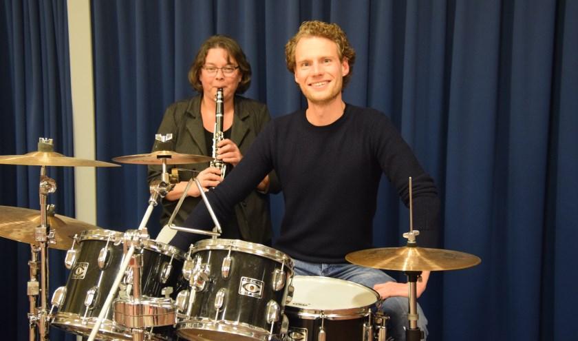 Bestuurslid en klarinettist Linda Engels en drummer Kasper Kranenberg van fusievereniging Excelsior-Eendracht. (Foto: Timo Oving)