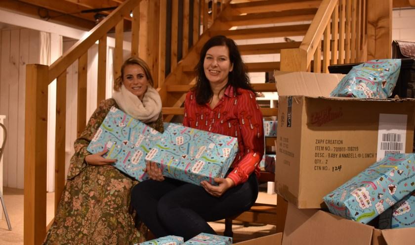 Eigenaressen Marleen Zwijnenberg en Linda Wolterink van Lotz & Linde met de cadeautjes. Foto: Van Gaalen Media.