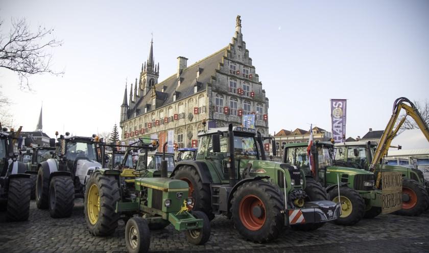 Het Stadhuis en ijsbaan op de markt waren omsingeld door zo'n 150 tractoren. Foto: Jan van den  Berg