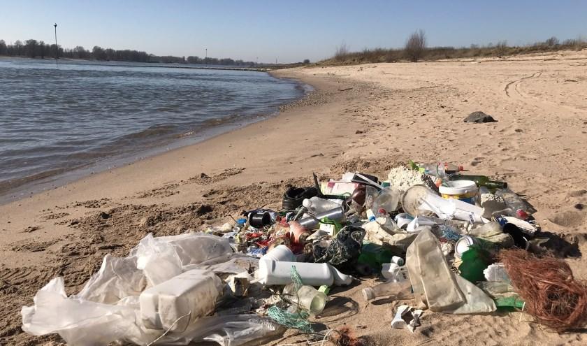 Schone Rivieren roept overheden, bedrijven en consumenten op om plastic afval actieftegen te gaan.