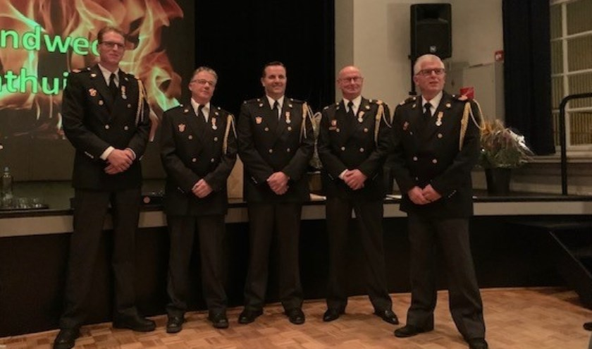 De vijf gedecoreerde brandweermannen.