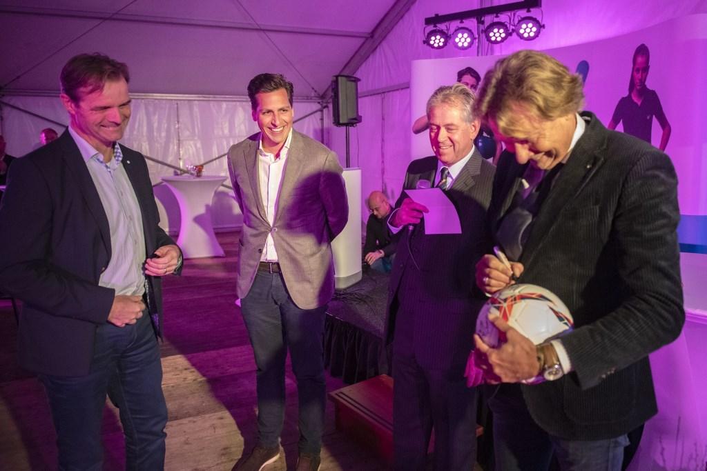Ruud Schalkwijk, directeur Werk gemeente Rotterdam, Dennis Roomer en Will van der Zwet (beiden IW Zuid-Holland) en Hans Kraay jr tekenen de bal voor de aftrap. Foto: Beguin Media Totaal / Michel Groen © DPG Media