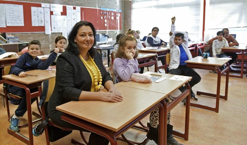 Wethouder Johanna Besteman (CDA) benadrukt overal het belang van taal, zoals hier op de basisschool Het Kristal (Foto: Erwin Dijkgraaf)