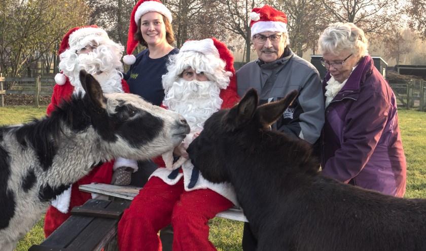 V.l.n.r. Tiemen, Linda, Jopie, Jan en Nia met de ezels Bliksem en Harmke