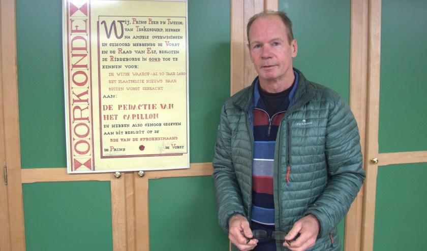 Rini van Houten naast een oorkonde die hij van de raad van elf van Kerkdriel ontving na tien jaar Het Carillon.
