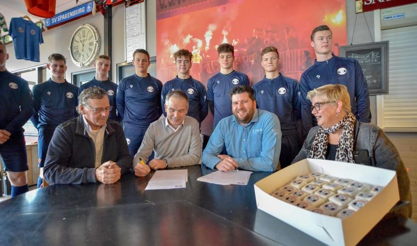Ondertekening van de sponsorcontracten bij Montfoort S.V.'19 door Rudolf Vendrig en Marcel van Huissteden (Foto: Paul van den Dungen)